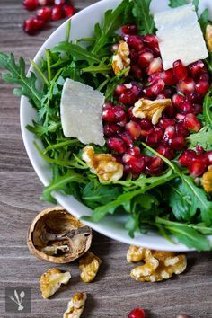 Rocket salad with pomegranate, walnuts and parmesan shavings - LowCarb - Dinner Recipes Raw Food Recipes, Salad Recipes, Dinner Recipes, Healthy Recipes, Healthy Salads, Healthy Eating, Appetizer Salads, Cold Meals, Food Dinners