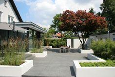 Moderne tuin met strakke elementen. Bekijk ook de toegangspoort die bij deze tuin behoort!