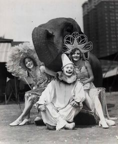 old circus photo. I think a black and white circus themed tattoo would be awesome Ballet Vintage, Cirque Vintage, Vintage Circus Photos, Photo Vintage, Vintage Pictures, Vintage Photographs, Vintage Circus Performers, Vintage Clown, Creepy Vintage