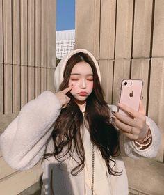 A imagem pode conter: 1 pessoa, sorrindo, telefone e close-up Pretty Korean Girls, Cute Korean Girl, Asian Girl, Ulzzang Fashion, Korean Fashion, Beautiful Anime Girl, Beautiful People, Close Up, Korean Winter