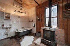 <p>バスタブ、古材床、暖炉。こんな空間をつくるために別荘をつくりたくなる。</p>