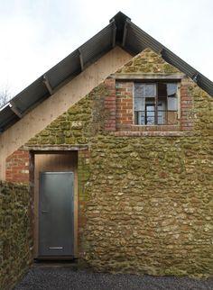 Construído pelo Hugh Strange Architects na Somerset, United Kingdom na data 2014. Imagens do David Grandorge. Local eDesejo  Situado no contexto de uma granja em Somerset, o novo edifício oferece um escritório e um armazém que...