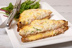 Sinds jaar en dag is de Franse croque-monsieur mijn favoriete tosti. Deze luxe ham-kaastosti met romige bechamelsaus vind ik simpelweg onweerstaanbaar! Helaas is deze tosti een heuse calorieënbom. Nu