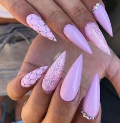 The advantage of the gel is that it allows you to enjoy your French manicure for a long time. There are four different ways to make a French manicure on gel nails. Stiletto Nail Art, Glitter Nail Art, Cute Acrylic Nails, Acrylic Nail Designs, Nail Art Designs, Coffin Nails, Beautiful Nail Art, Gorgeous Nails, Pretty Nails