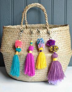 pompon en laine sac a main en paille pendentifs