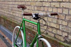 HARDENBERG BIKES Modell Acht. Perfekt Match: Maigrün, Antikbraun, weiße Reifen.