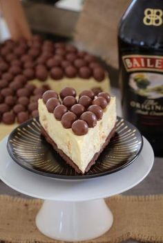 A delicious white chocolate Baileys Malteser Cheesecake that is completely no-bake! Maltesers = the perfect boozy dessert! Hands up if you're a cheesecake loving gal (or guy! I'm madly waving both hands Winter Desserts, Köstliche Desserts, Delicious Desserts, Dessert Recipes, Yummy Food, Maltesers Cheesecake, Baileys Cheesecake, Cheesecake Recipes, Chocolate Cheesecake