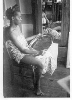 Photographie anonyme vintage snapshot dessin peinture modèle Haïti miroir reflet via