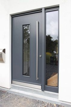 Modern full leaf front door in anthracite with wide side panel .- Moderne Ganzblatt-Haustür in anthrazit mit breitem Seitenteil und Lichtausschni… Modern full leaf front door in anthracite with broad side part and light cutout Victorian Front Doors, Grey Front Doors, Double Front Doors, Wooden Front Doors, Modern Front Door, Front Door Entrance, House Front Door, Glass Front Door, Painted Front Doors