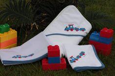 Conjunto Comboio, em vermelho e azul. Fralda, lençóis de berço e toalha de banho.