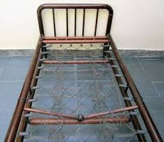 Image result for foto de cama de arame com colchao de palha