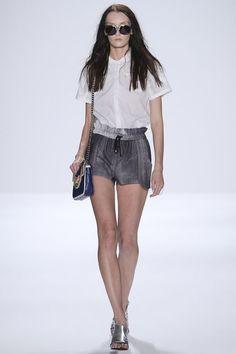 Silhuetas Chemise, saia (rodada, mullet), top cropped + cintura alta, vestido nadador, calça cropped skinny, conjuntos