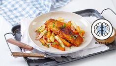 Denne enkle retten med laks og ovnsbakte grønnsaker passer perfekt til en travel hverdag. Sett grønnsakene i ovnen mens du dekker på og steker fisken.