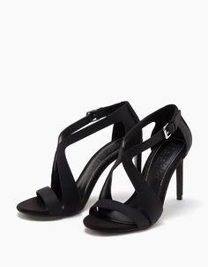 Los zapatos de mujer más cool de SS 17 en Bershka. Elige zapatos de tacón, bailarinas, deportivas, esparteñas o sandalias y empieza el verano con buen pie.