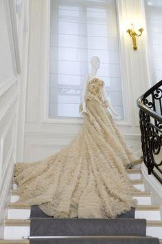 Robe Lina printemps-été 1997 Christian Dior par John Galliano, portée lors du Bal des débutantes par Lauren Bush le 2 décembre 2000 à l'hôtel Crillon.