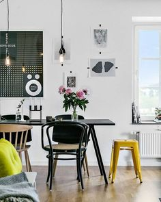 Sala de jantar descolada com um mix de cadeiras. ☺ www.eutambemdecoro.com.br  Foto via: Pinterest  #decoracao #decor #decorarion #decoration #arquitetura #design #designdeinteriores #architecture #inspiracao #decora #decoro #ideia #saladejantar #cadeirascoloridas #cadeira
