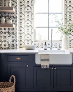 Best Beautiful Blue and White Kitchens to Love! Stunning blue and white graphic tiles on sink wall of a kitchen with navy blue cabinets and farm sink.Stunning blue and white graphic tiles on sink wall of a kitchen with navy blue cabinets and farm sink. Deco Design, Küchen Design, House Design, Design Trends, Design Ideas, Design Inspiration, Kitchen Inspiration, Tile Design, Graphic Design