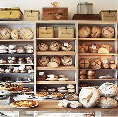 Estos son los muchos panes en exhibición. Muchos turistas quieren comerlos.