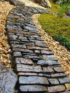 el gran tamaño de las piedras hace que se sienta muy pesado Garden Steps, Garden Paths, Garden Landscaping, Paving Design, Brick Paving, Brick Garden, Garden Stepping Stones, Stone Path, Garden Images