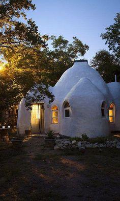 Une Kerterre, c'est un habitat de petite taille en forme d'igloo fabriqué à l'aide de chanvre et de chaux (ou d'argile)