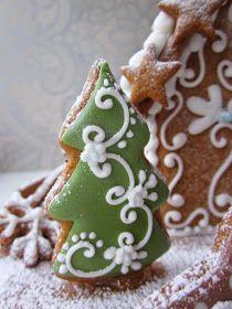Mansikkamäki: Lumiukon piparitalo Christmas Tree Cookies, Christmas Tree Decorations, Sugar Cookies, Gingerbread Cookies, Christmas Cookies, All Things Christmas, Winter Christmas, Christmas Time, Cookie Box