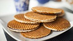 Stroopwafel is a cookie that is traditional in Netherlands. These are made with two thin crispy waffles, filled and glued together with a special caramel syrup. You can eat after let soften with steam that put your waffle on top of coffee or tea mug. Dutch Waffles, Pancakes And Waffles, Dutch Cheese, Crispy Waffle, Belgian Waffle Maker, Snack Recipes, Snacks, Beef Burgers, Sauces
