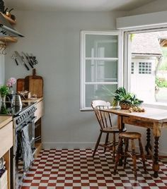 Hahaha not sure how you get the window closed but I love a table in the kitchen! #retrokitchens