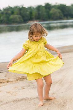 TUNIKA L'PLAYA KIDS Letnia wygodna tunika z batystu w kolorze limonki. Rośnie razem z dzieckiem. Szereg cienkich gumek przy dekolcie umożliwia dowolne jego modelowanie. Przewiewna propozycja idealna podczas wakacyjnego relaksu.