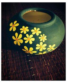 Pottery Painting Designs, Pottery Designs, Pottery Art, Pottery Painting Ideas Easy, Pottery Ideas, Flower Pot Art, Flower Pot Design, Painted Plant Pots, Painted Flower Pots