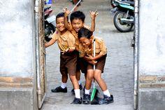 Trois écoliers à Ubud, Bali, Indonésie © Les Jolis Mondes
