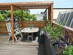 Dakterras. Louvredak geeft lekkere beschutting tegen zon en inkijk, meerdere plantenbakken met lavendel geven sfeer en privacy