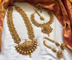 Bridal Jewellery Sets Online, South Indian Bridal Jewellery, Indian Jewelry Sets, India Jewelry, Gold Temple Jewellery, Gold Jewellery Design, Gold Jewelry, Bridal Jewellery Inspiration, Bridal Sarees