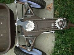 properly redone steering of a droped wagon Mini Kart, Radio Flyer Wagons, Custom Radio Flyer Wagon, Velo Cargo, Kids Wagon, Hors Route, Diy Go Kart, Drift Trike, Buggy