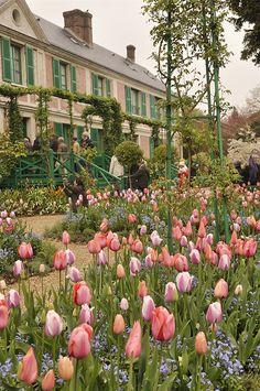 Vegetable Garden Giverney: Monet& Garden - Your Homebased Mom Formal Garden Design, Cottage Garden Design, Claude Monet, Amazing Gardens, Beautiful Gardens, Monet Garden Giverny, Home And Garden Store, Parcs, Exotic Flowers