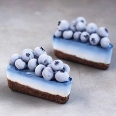 Blue ombré vegan cheesecake 😌🍰💙 Used for the natural blue color & topped it with frozen blueberries 💦 So yummy! Cute Desserts, Vegan Desserts, Dessert Recipes, Cute Food, Yummy Food, Kreative Desserts, Vegetarian Sweets, Tumblr Food, Vegan Cheesecake