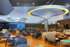 Vip Lounge Star Alliance - Aeroporto de Guarulhos Luminária circular, com telas tensionadas translúcidas e pintura automotiva, iluminadas por lâmpadas de catodo frio. Projeto: LD Studio Fotos: André Tashiro