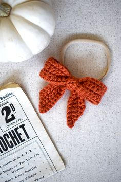 Get your favorite girls ready for fall with this free sailor bow crochet pattern. The pattern is super simple, quick, and perfect for beginners! These bows make perfect additions to your fall or holiday craft fairs Crochet Bows Free Pattern, Crochet Bow Ties, Easy Crochet Headbands, Crochet Hair Clips, Crochet Headband Pattern, Crochet Geek, Free Crochet, Crochet Fall, Selling Crochet