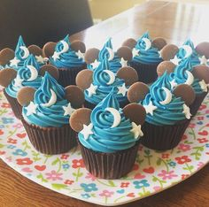Mickey sorcerer hat cupcakes! Mickey Cupcakes, Disney Theme Cupcakes, Cupcakes For Boys, Themed Cupcakes, Cupcakes Decoration Disney, Disney Desserts, Disney Cakes, Theme Mickey, Mickey Birthday