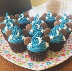 Mickey sorcerer hat cupcakes! Mickey Cupcakes, Disney Theme Cupcakes, Disney Themed Cakes, Cupcakes For Boys, Disney Cakes, Themed Cupcakes, Cupcakes Decoration Disney, Disney Desserts, Disney Inspired Food