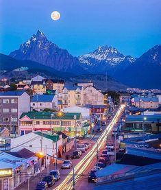 En el Fondo se Puede Apreciar la Belleza de el Monte Olivia y los Cinco Hermanos  en Ushuaia Argentina