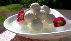 Cremige Kokoskugeln low carb Diese Low carb Kokoskugeln sind mit einer Mandel gefüllt und umgeben von einer leckeren Creme. Sie sind schnell selbstgemacht und gekühlt ein paar Tage haltbar. Toll z…