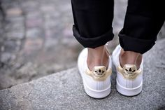 Les Stan Smith - The Shoppeuse White Sneakers, Shoes Sneakers, Shoes Heels, High Heels, Le Dressing De Leeloo, Stan Smith White, Looks Style, My Style, Elle Mexico