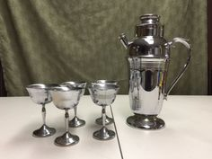 VINTAGE-Art-Deco-Chrome-Cocktail-Martini-Shaker-Mixer-5-Goblets-Set