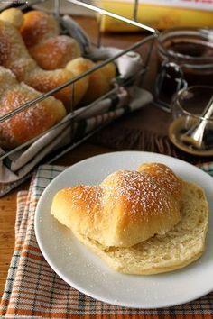 Cornetti senza burro e uova. Preparati con un pan brioche soffice e leggero. Cornetti vegan. Lievitati. Dolci per la colazione