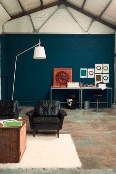 Un bleu profond sur le mur de votre pièce qui donne un style atelier chaleureux. Bleu Lapis Lazuli gamme Crème de Couleur par Delux Valentine.  En savoir plus sur http://www.cotemaison.fr/salle-a-manger-salon/diaporama/peinture-salon-30-couleurs-tendance-pour-repeindre-votre-salon_17681.html?p=2#fCRgDQTelVgYMJ4F.99 dulux valentine