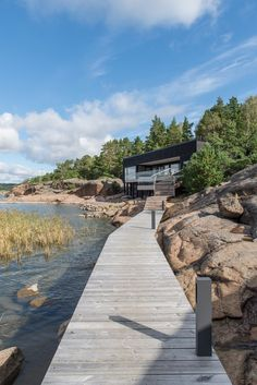 Located in Kustavi, Finland, this summer villa designed by Haroma & Partners shows some perfect adaption with the surrounding environment and its patterns. Villa Design, House Design, Summer House Interiors, Haus Am See, Summer Cabins, Weekend House, Villas, House By The Sea, Modern Cottage