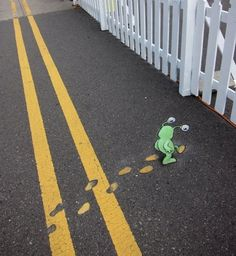 Awesome Street Art By David Zinn. David Zinn has been creating original artwork in and around Ann Arbor since 1987 Sluggo on the street by David Zinn. 3d Street Art, Street Art Graffiti, Street Art Utopia, Amazing Street Art, Street Artists, Amazing Art, Graffiti Artists, Awesome, Berlin Graffiti