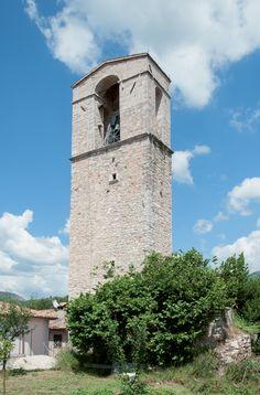 In alto si erge il castello di poggio di Cerreto di Spoleto sorto a dominio delle strette valli del Vigi e del Nera, e fin dall'epoca romana crocevia di percorsi in direzione di Spoleto, Cascia, Norcia, Visso e Camerino.