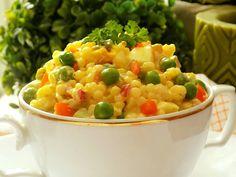 Tarhoňu uvaříme podle návodu a propláchneme studenou vodou. Necháme okapat a vychladnout.Vejce, cibulku, papriky a okurky nakrájíme na malé... Macaroni And Cheese, Salads, Food And Drink, Vegetables, Ethnic Recipes, Mac And Cheese, Vegetable Recipes, Salad, Chopped Salads