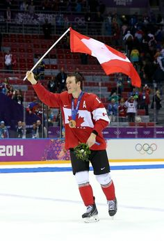 Jonathan Toews , Captain of the Chicago Blackhawks & Assistant Captain of Team Canada, takes home Gold at 2014 Sochi Olympics! Blackhawks Hockey, Hockey Mom, Field Hockey, Hockey Teams, Chicago Blackhawks, Ice Hockey, Hockey Stuff, Hockey Girls, Boys